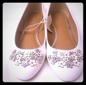 NWT Girls white shoes MAKE OFFER!